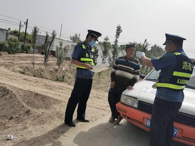 a新和路政管理局对沿线破坏路域环境群众进行释法和劝阻.jpg